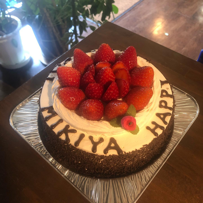 今月の6日は、オーナー松本のお誕生日でした一体 何歳になったのでしょう ⁇毎年、スタッフからケーキのプレゼントをしているのですが、今年も喜んでいただけてよかったです今年のケーキは、SELECTさんにお願いしました!とってもかわいくて美味しかったです..スタイリスト 松本沙也.#宇都宮#美容室#宇都宮美容室#駅東#mayquark#メイクォーク#カット#カラー#カラーカット#ハイライト#パーマ#ストレート#ストレートパーマ#縮毛矯正#トリートメント#シャンプー#ブロー#ヘアスタイル#ヘア#ヴィーガン#ヴィーガンカラー#hue#hueカラー#コスメパーマ#トゥーコスメ#アジュバン#サイエンスアクア#髪質改善
